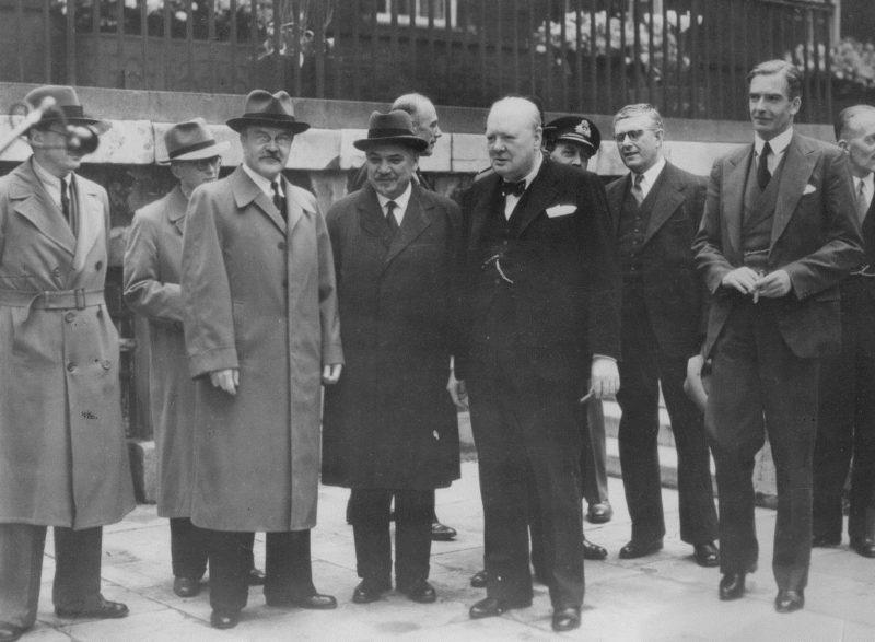 Вячеслав Молотов, посол СССР в Великобритании г-н М. Майский, премьер-министр Великобритании Черчилль, министр иностранных дел Австралии Эватт, министр иностранных дел Великобритании Энтони Иден и заместитель министра Кадоган, во время подписания 20-летнего Пакта о взаимной помощи. Январь 1942 г.