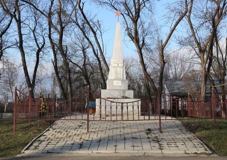 п. Пролетарий Абинского р-на. Памятник, установленный на братской могиле, в которой похоронено 24 советских воина.