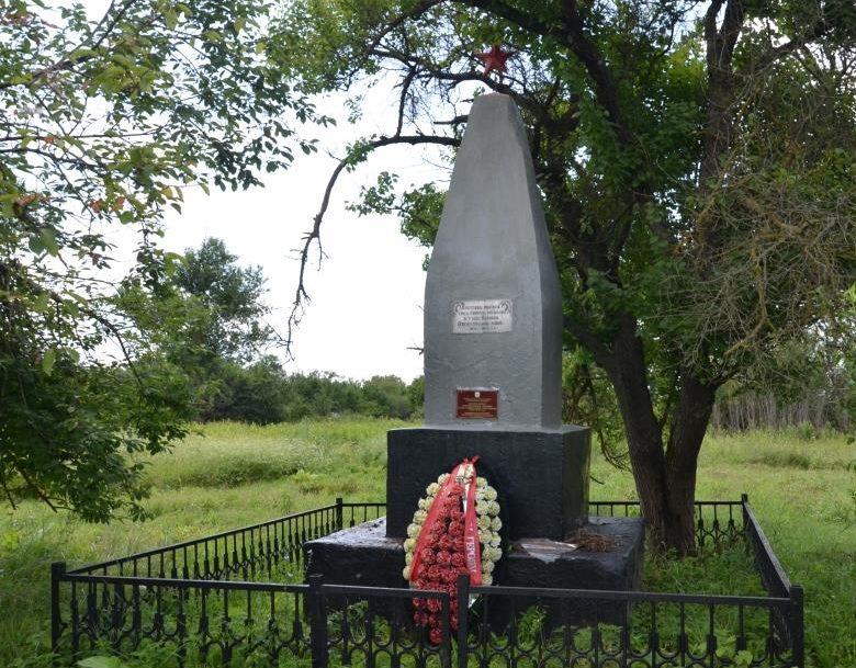 х. Садовый Абинского р-на. Памятник, установленный на братской могиле, в которой похоронено 3 советских воина.