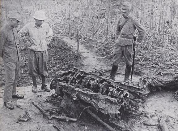 Японцы осматривают остатки сбитого советского самолета. 1938 г.
