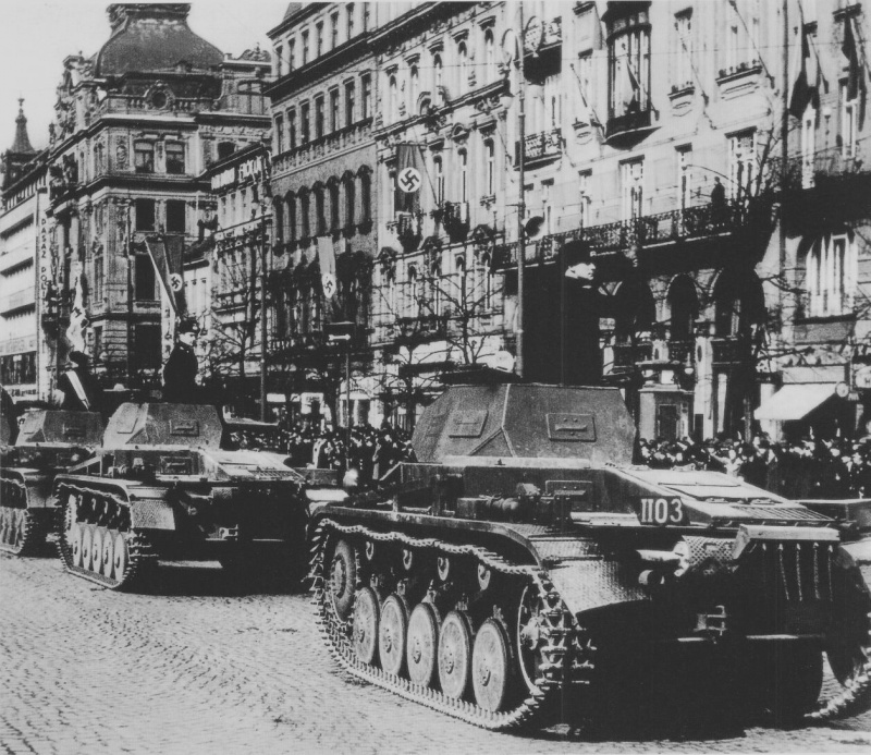 Немецкие танки на площади Венцеслас в Праге. 20 апреля 1939 г.