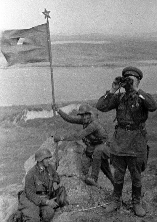 Красноармейцы устанавливают красный флаг на сопке Заозёрной. 1938 г.