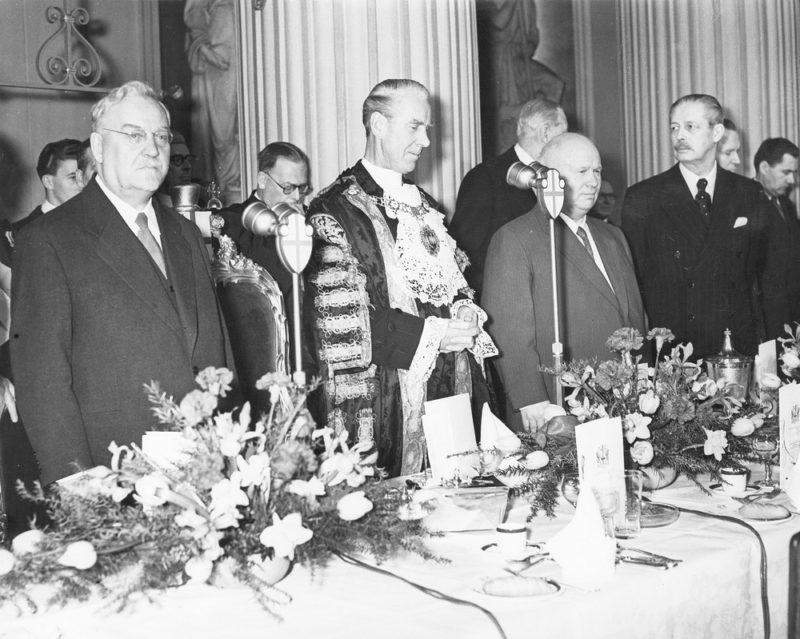 Н.А. Булганин, мэр Лондона С. Говард, Н.С. Хрущев и министр финансов Великобритании Г. Макмиллан на завтраке в муниципальном совете. Апрель 1956 г.
