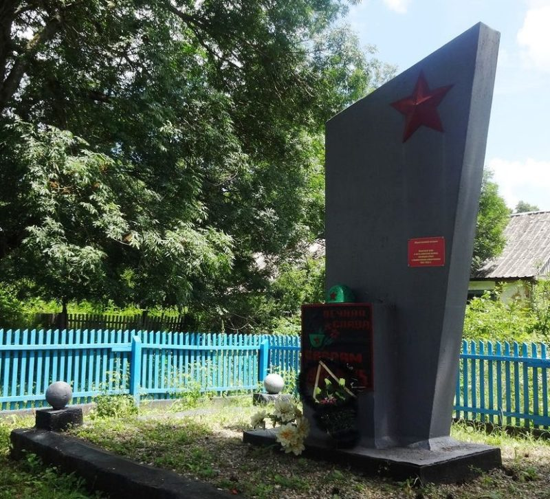п. Сосновая Роща Абинского р-на. Памятник советским воинам, погибшим в годы войны.