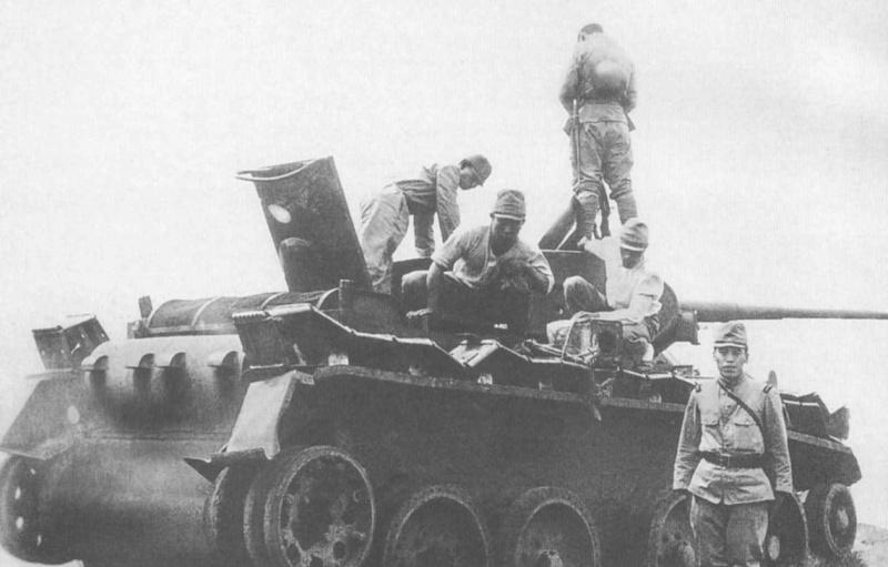 Японские солдаты осматривают советский танк Т-26. 1939 г.