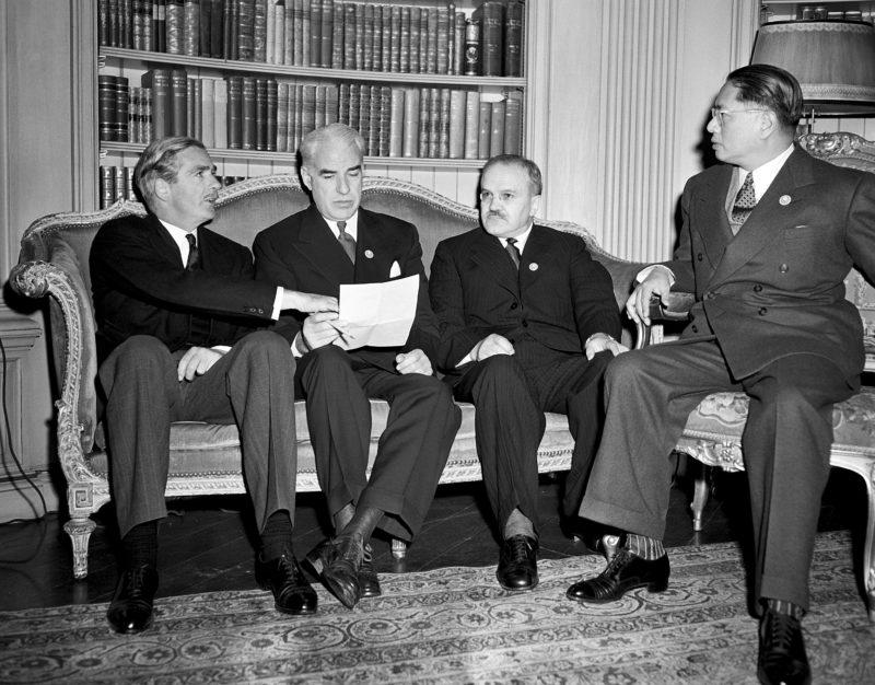 Энтони Иден, Эдвард Стеттиниус-мл., В. М. Молотов и Сун Цзывэнь в апартаментах отеля Fairmont в Сан-Франциско. Июнь 1945 г.
