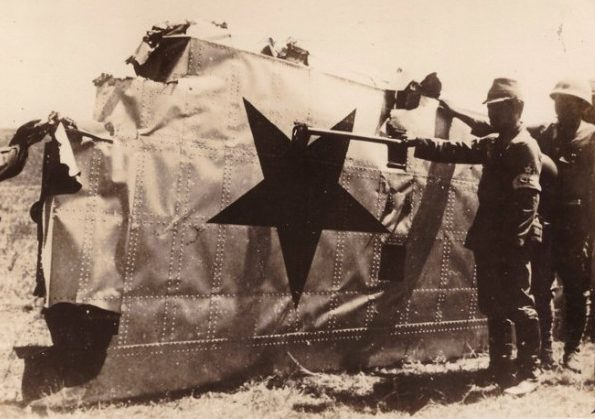 Японцы осматривают сбитый советский бомбардировщик. 1939 г.