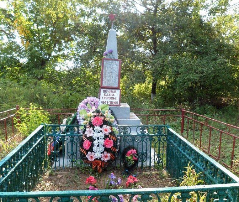 х. Хабль Абинского р-на. Памятник, установленный на братской могиле, в которой похоронено 39 советских воинов.