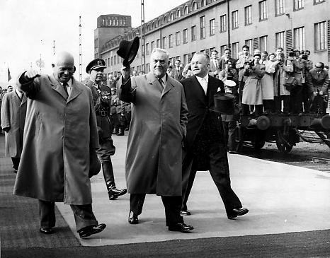 Никита Хрущев, Николай Булганин и премьер-министр Финляндии В. Я. Сукселайнен на железнодорожном вокзале Хельсинки. Июнь 1957 г.
