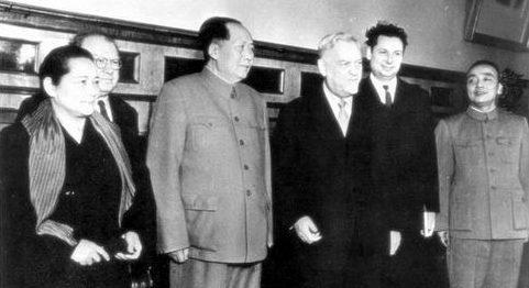 Булганин в Китае. Справа Ян Шанкунь, слева Сун Цинлин. 1957 г.