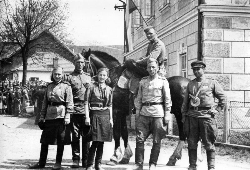 Советские солдаты в освобожденном поселке Цоткитле. Апрель 1945 г.