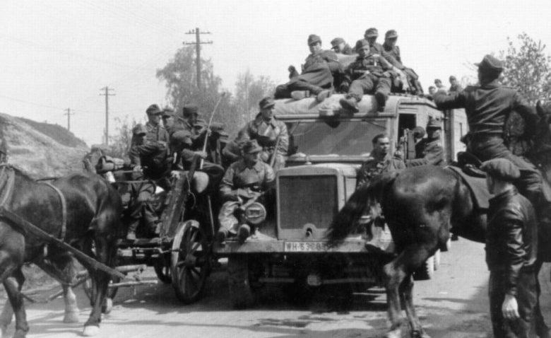 Немецкие солдаты, покидающие село Грушки в Чехословакии. Апрель 1945 г.