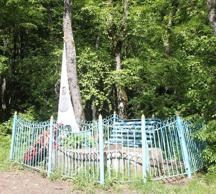 ст-ца. Шапсугская Абинского р-на. Памятник на могилах летчика Чурилова И.П. и неизвестного воина.
