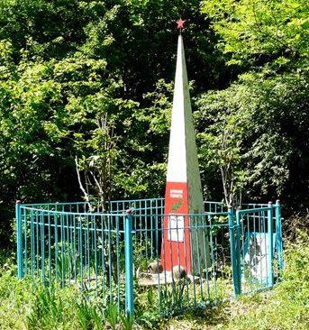 ст-ца. Шапсугская Абинского р-на. Памятник на Каленниковой поляне, установленный на братской могиле воинов, умерших в госпитале 47-й армии.