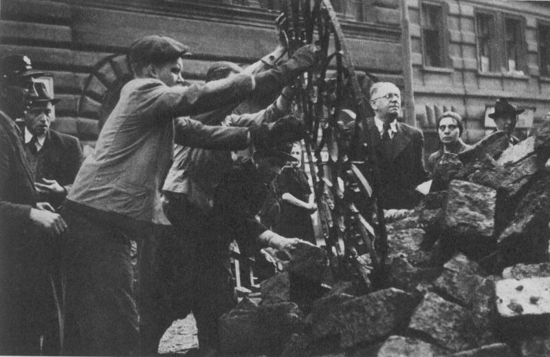 Пражские повстанцы сооружают баррикаду у Староместской площади. Май 1945 г.
