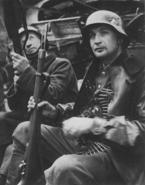 Пражские повстанцы в немецком обмундировании. Май 1945 г.
