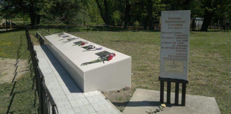 ст-ца. Шапсугская Абинского р-на. Памятники по улице Речной, установленные на госпитальном кладбище.