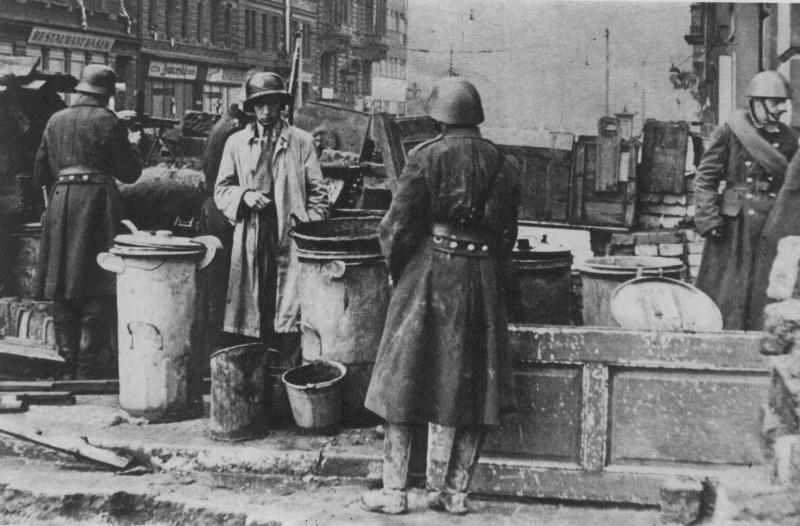 Пражские повстанцы на баррикаде. Май 1945 г.