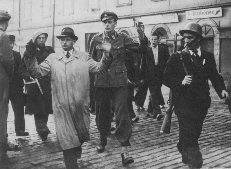 Пражские повстанцы ведут сотрудника гестапо и гауптшарфюрера СС. Май 1945 г.