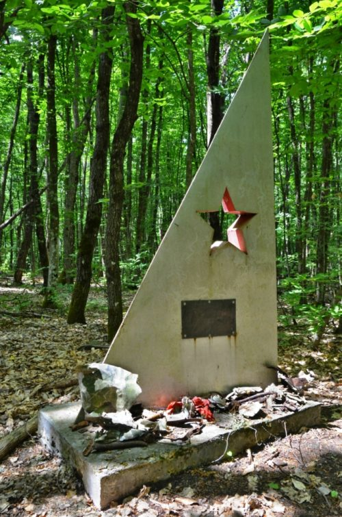 ст-ца. Шапсугская Абинского р-на. Памятник в урочище Гортоп летчикам самолета ДБ-3ф.