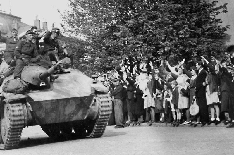 Солдаты 1-й пехотной дивизии РОА с участниками Пражского восстания. Май 1945 г.