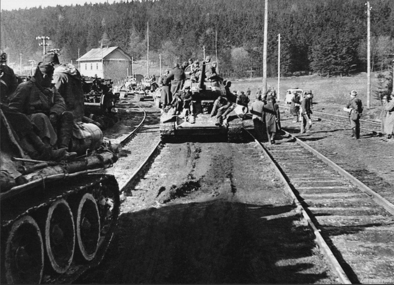 Танки Т-34-85 во время марш-броска на Прагу. Май 1945 г