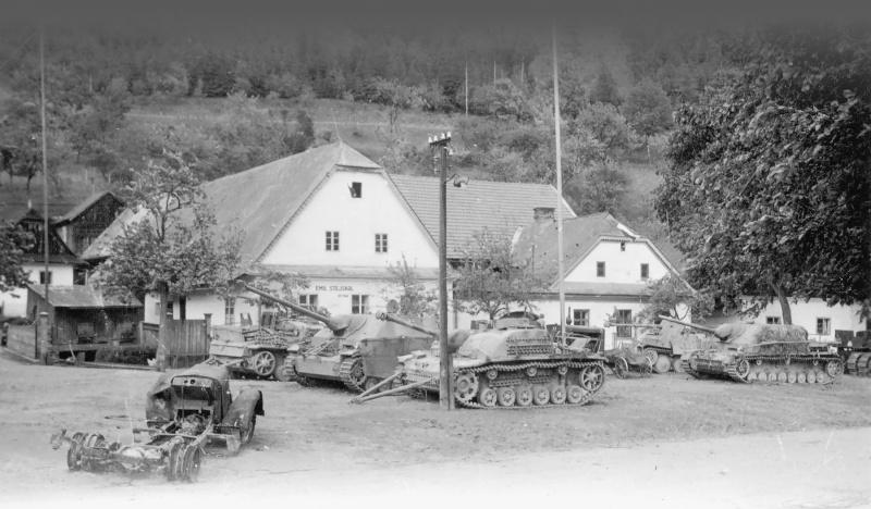 Брошенная немецкая техника возле крепости Своянов в Чехословакии. Май 1945 г.