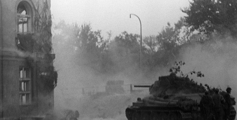 Советский танк Т-34 ведёт бой в Праге. Май 1945 г.