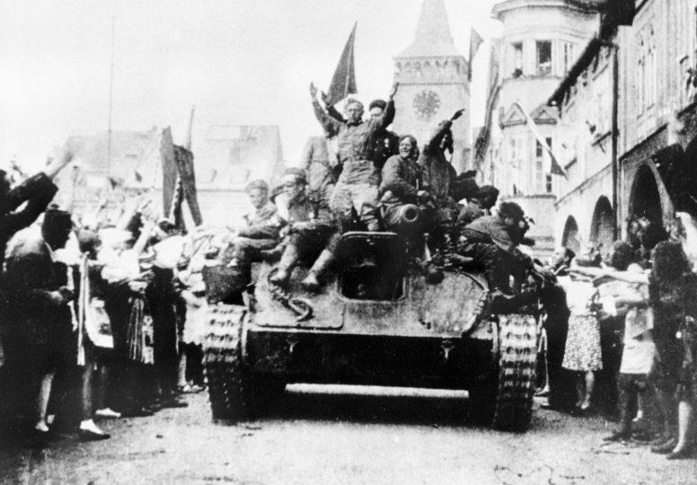 Жители города Йичин встречают Красную Армию. Май 1945 г.