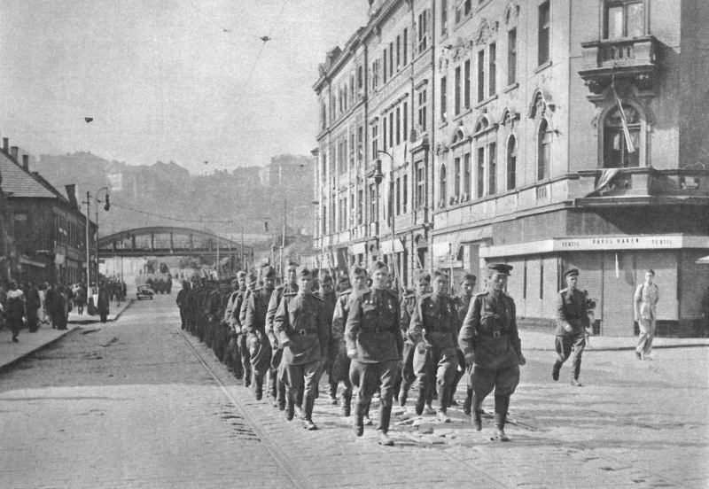 Колонна красноармейцев в Праге. Май 1945 г.