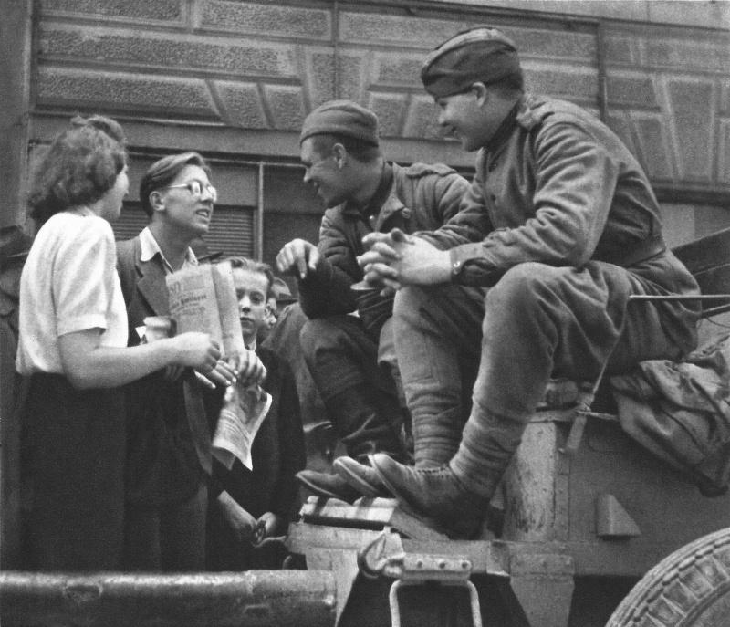 Жители Праги встречают советских солдат-освободителей. Май 1945 г.