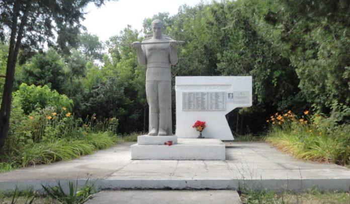 г. Анапа. Памятник на Пионерском проспекте 87а, установленный на братской могиле советских воинов.