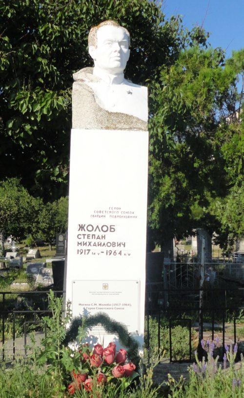 г. Анапа. Памятник на старом городском кладбище, установленный на могиле Героя Советского Союза С.М. Жолоба.