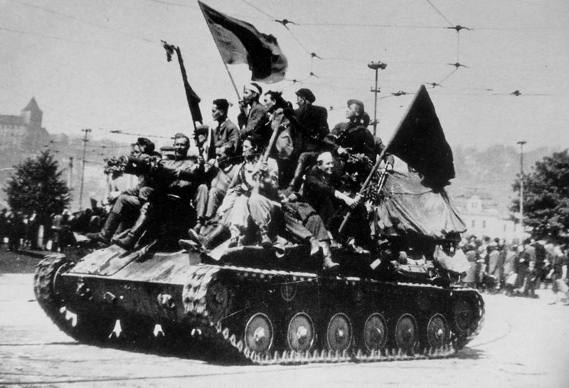 Красноармейцы и чешские повстанцы на набережной реки Влтавы в Праге. Май 1945 г.