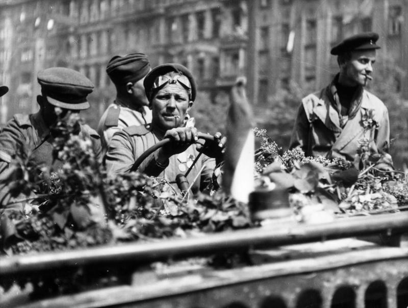 Красноармейцы в джипе «Виллис» на улице Праги. Май 1945 г.