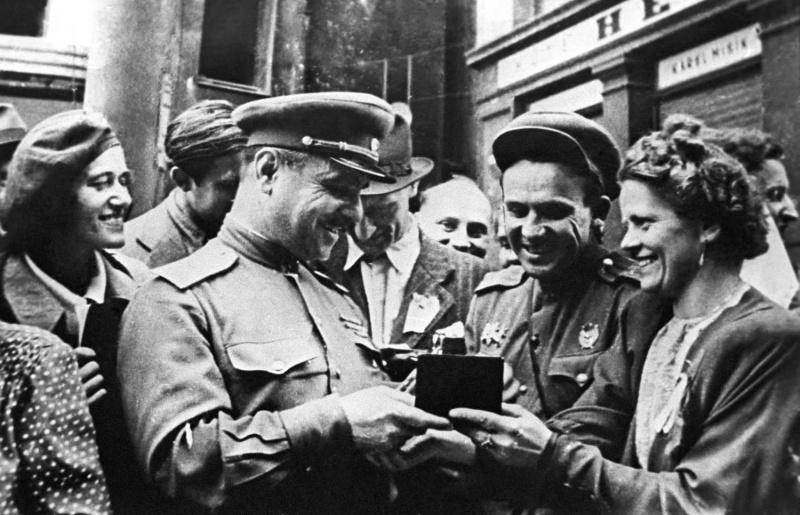 Генерал-майор Мартиросян общается с жителями освобожденной Праги. Май 1945 г.
