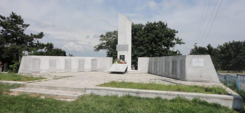 ст-ца Благовещенская Анапского округа. Мемориал на кладбище, установленный на братской могиле советских воинов, погибших в годы войны.