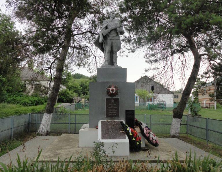 х. Большой Разнокол Анапского округа. Памятник по улице Набережной 79, установленный на братской могиле советских воинов.