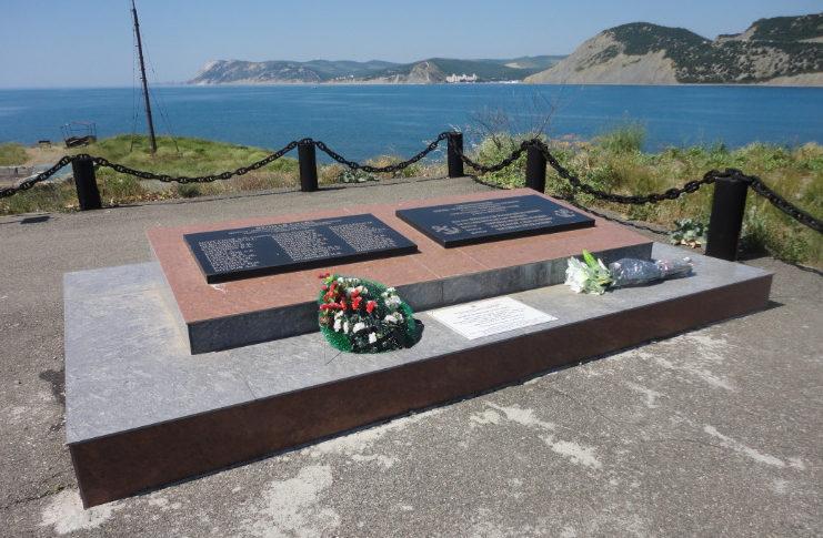 п. Большой Утриш Анапского округа. Памятник, установленный на братской могиле моряков военного корабля «Фабрициус», погибших в годы войны.