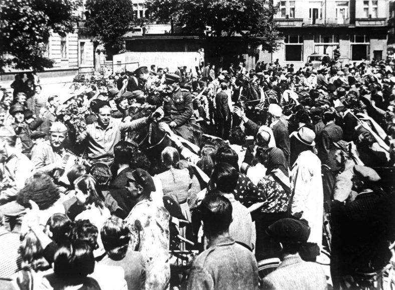 Жители города Пардубице приветствуют бойцов РККА в день Победы. 9 мая 1945 г.