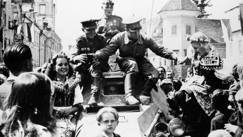 Жители города Тельч встречают советских солдат. Май 1945 г.