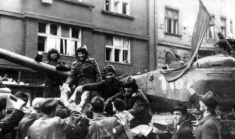 Жители Моравской Остравы приветствуют советских танкистов. Май 1945 г.