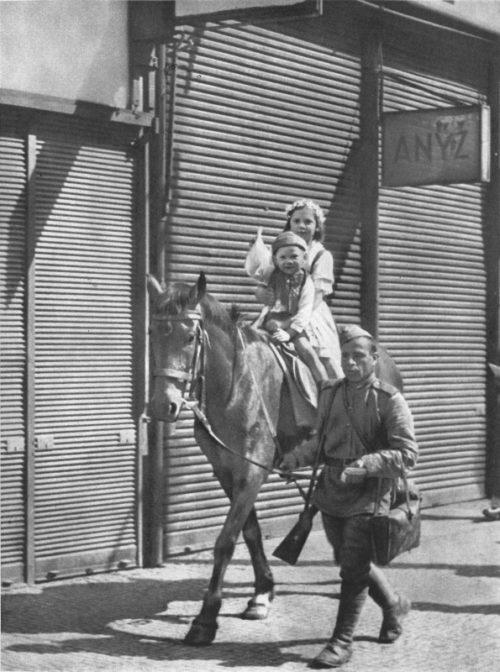 Советский солдат катает чешских детей на лошади. Май 1945 г.