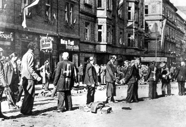 Этнические немцы — жители Праги на ремонте дороги. Май 1945 г.