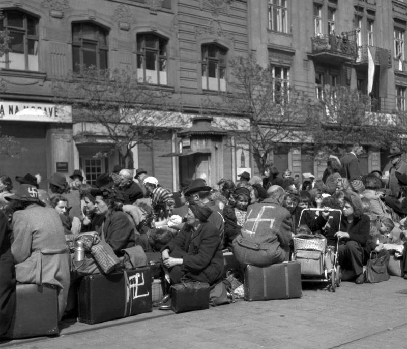 Этнические немцы - коренные жители Праги, выселенные из своих домов на Площади Штроссмайера. 15 мая 1945 г.