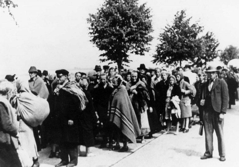 Этнические немцы города Брно перед депортацией. 1945 г.