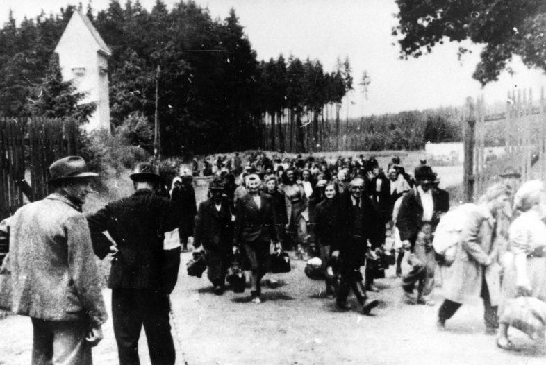 Выселение судетских немцев из района Броумов в Богемии. 1945 г.