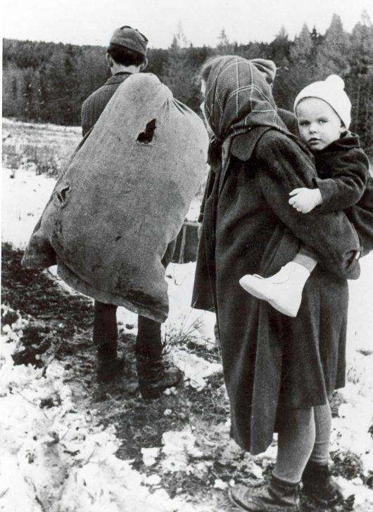 Семья судетских немцев на пути в Германию. Октябрь 1945 г.
