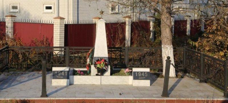 х. Николаенко Апшеронского р-на. Памятник на углу улицы Свердлова и улицы Ломоносова, установленный на братской могиле советских воинов.