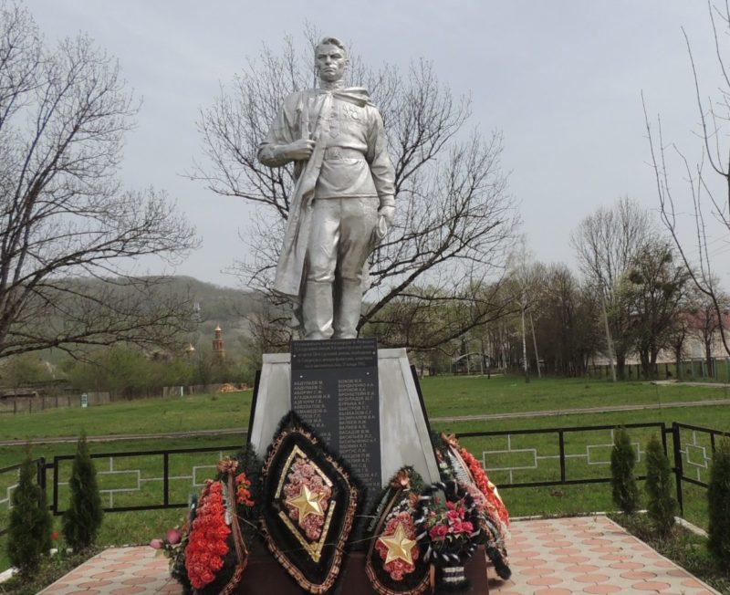 п. Новые Поляны Апшеронского р-на. Памятник по улице Советской 1, установленный на братской могиле советских воинов.